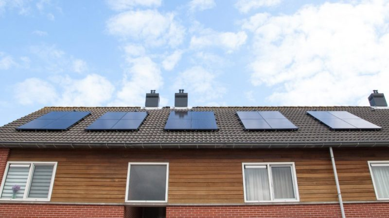 Woningcorporatie Eigen Haard en Wocozon leggen samen zonnepanelen